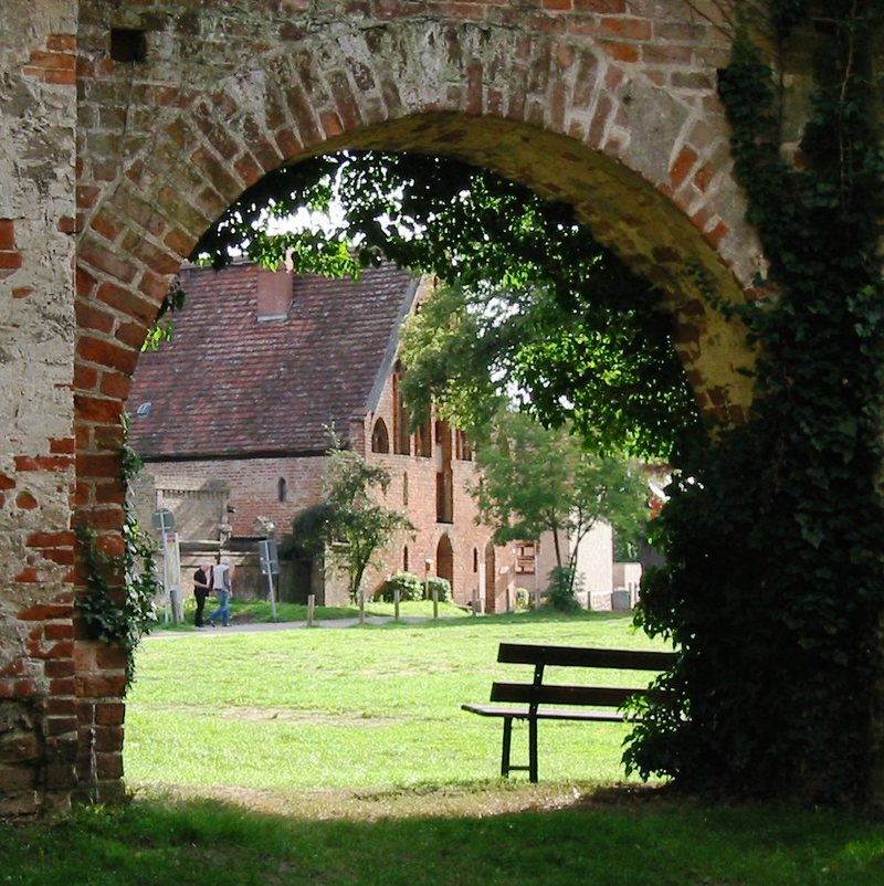 Kloster Himmelpfort: Blick durch die Ruine der Klosterkirche